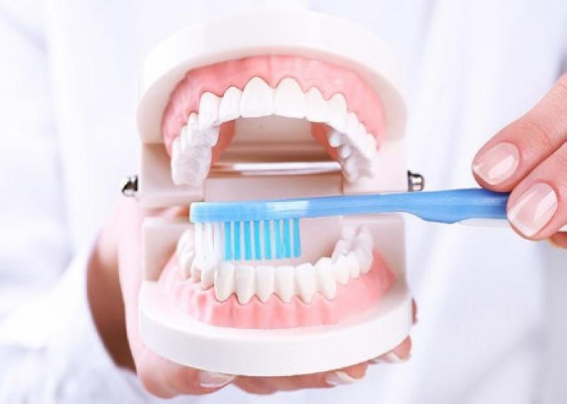 Врачи рассказали об опасности полоскания рта после чистки зубов