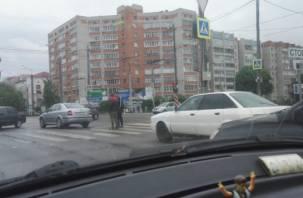 В Смоленске авария на перекрестке затрудняет движение транспорта
