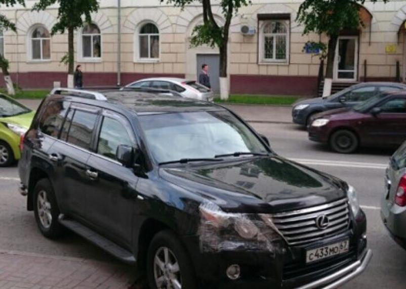Смолянин припарковал свой Лексус на клумбе в центре города