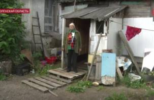 Федеральный телеканал рассказал о смоленской пенсионерке, которая живет в конюшне