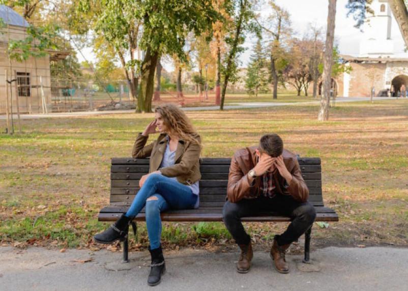 Россияне стали реже целоваться и обниматься при встрече из-за COVID-19