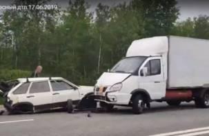 В Смоленской области на М-1 легковушка влетела под фургон