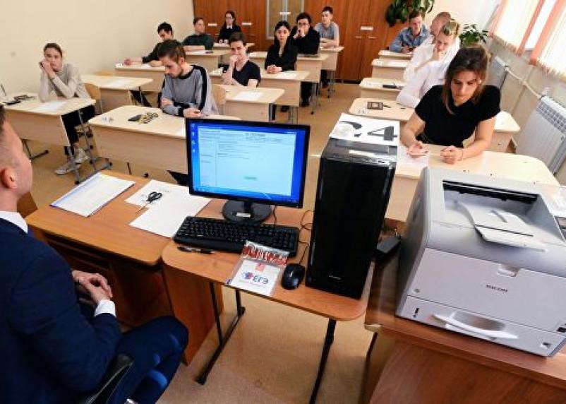 Школьники будут сдавать экзамены по упрощенным правилам в этом году