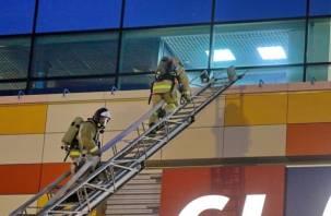 Срочная эвакуация. Как смоленские спасатели «тушили» торговый центр «Макси»