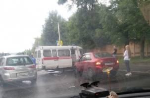 В Смоленске на Фрунзе произошло сильное ДТП. Работает скорая