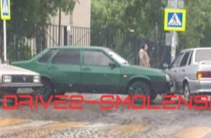Два ВАЗа не поделили дорогу в Смоленске и спровоцировали затор