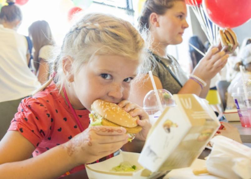 Стало известно, сколько детей в России едят в «Макдональдс»