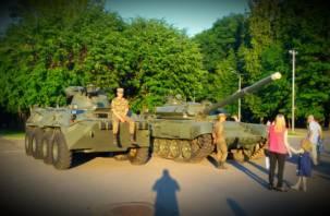 В Смоленске к областной администрации приехали танки