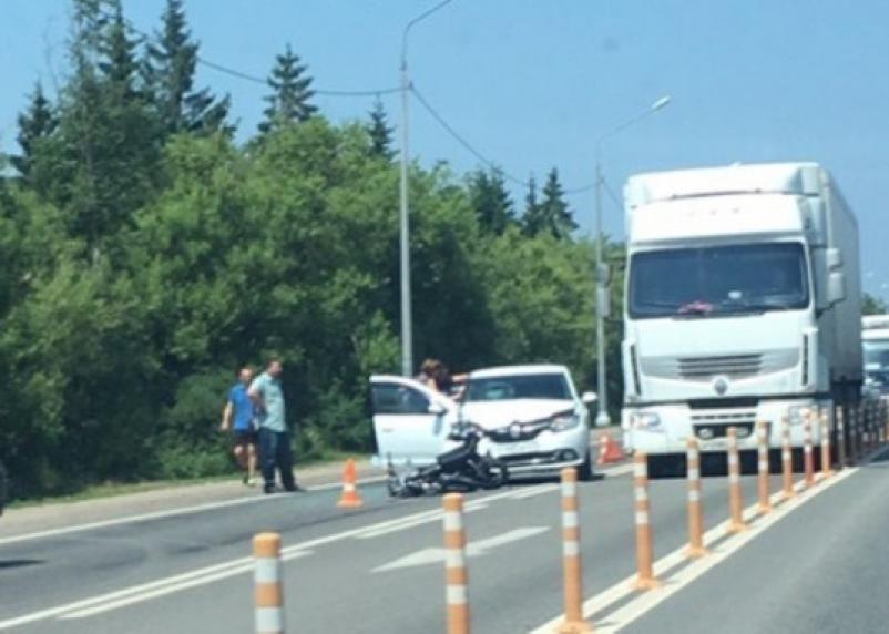 Остались одни ошметки, скутериста увезли на реанимации. На Рославльском шоссе произошла жесткая авария
