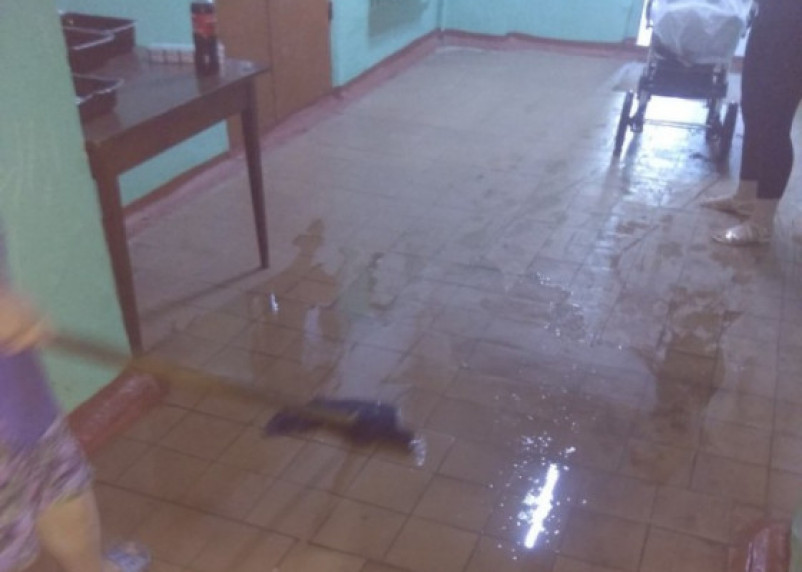 Деньги за капремонт – на ветер. В Рославле затопило общежитие