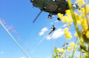 В Смоленске спецназ отработал беспарашютное десантирование из вертолета