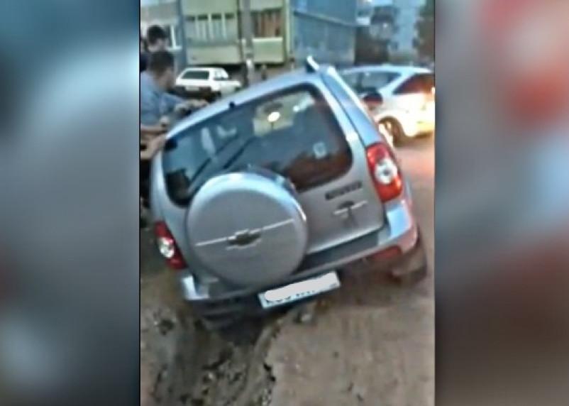 В Смоленске автомобиль провалился в траншею