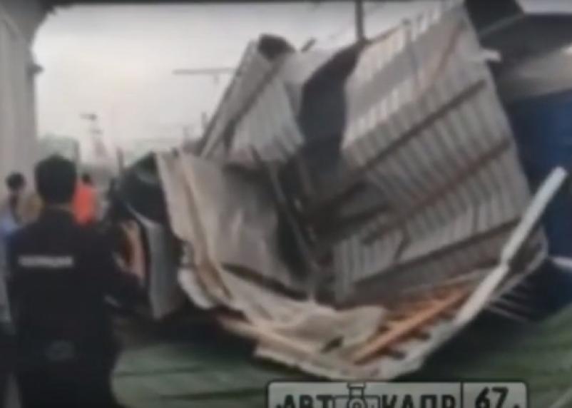 В Смоленской области сорванная ураганом крыша приземлилась на поезд. Видео появилось в сети
