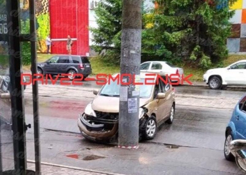 «По акции спешила». Автоледи протаранила столб в Смоленске
