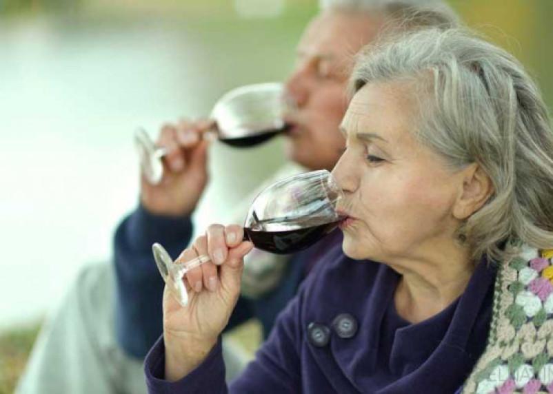 Сохранить ясность сознания в пожилом возрасте поможет вино