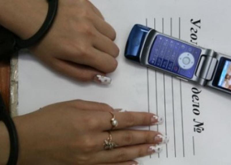 В Смоленске продавец украла у покупательницы мобильник