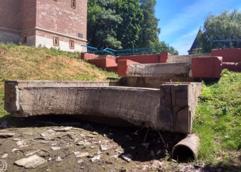 Провал городского хозяйства: в центре Смоленска на глазах у туристов цветет болото