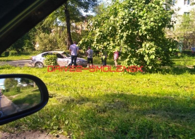 Соцсети: в Смоленске на Ломоносова пьяный водитель «разлупил» Мазду