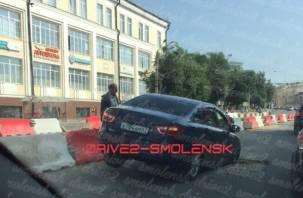 В центре Смоленска отечественный автомобиль провалился в яму