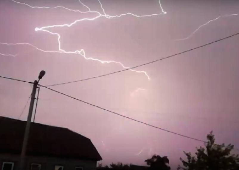 Жителям Смоленской области молния «устроила» представление