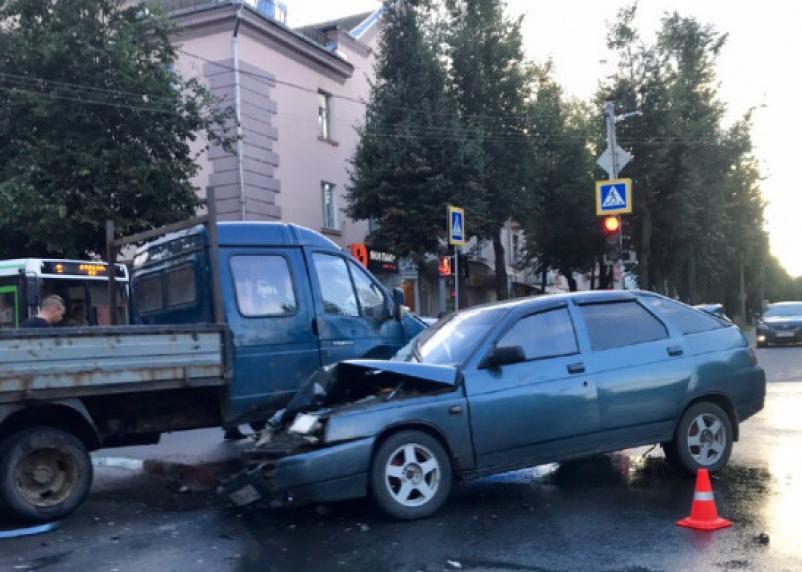 В Ярцеве грузовая Газель подбила ВАЗ. Пострадали три человека