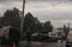 В Смоленске на мосту жёсткая авария с четырьмя авто попала на видео. На месте МЧС, скорая, ГИБДД