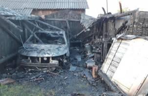 В Смоленской области гараж полыхал вместе с Kia Cerato