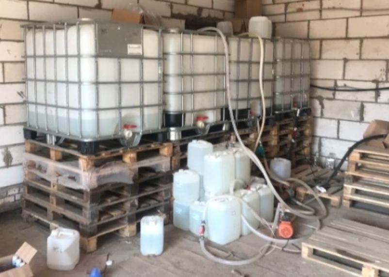 Смолянин устроил мини-завод по производству нелегальных виски, водки и коньяка