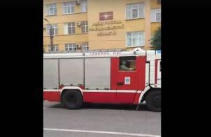 В Смоленске возле здания МВД скопление пожарных