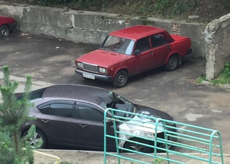 Смоляне опасаются за свои автомобили. В Смоленске на Нормандии-Неман полыхала иномарка