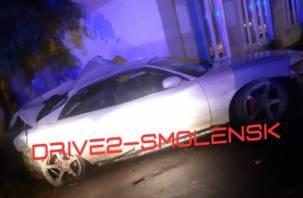 В Смоленске иномарка подбила столб, дерево, два дома и пешехода на тротуаре. Госпитализированы три человека