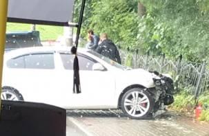 В центре Смоленска иномарка вылетела на тротуар и протаранила забор