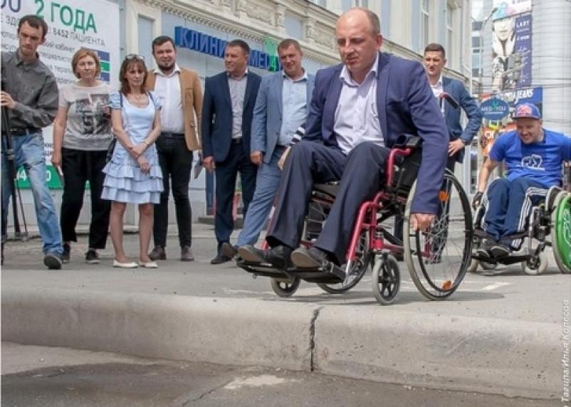 Мэр Нижнего Тагила посадил начальников дорожных служб в инвалидные коляски для проверки доступной среды