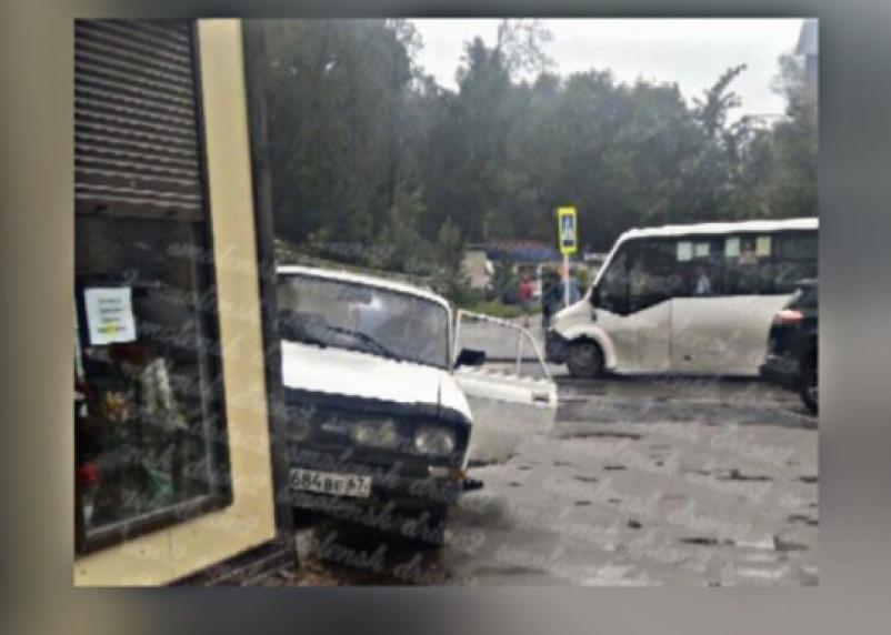 В Смоленске легковушка протаранила цветочный магазин