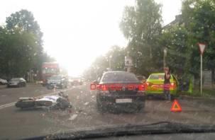 Из-за аварии с мотоциклистом образовалась пробка в сторону трех дорог