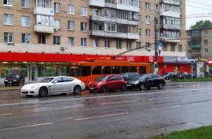 В Смоленске на Кирова собрался «паровоз» из трёх авто