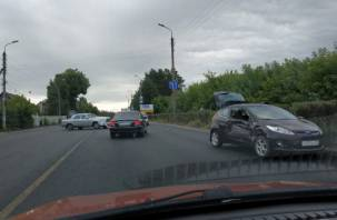 Вылетело стекло. ДТП в Смоленске затрудняет движение транспорта