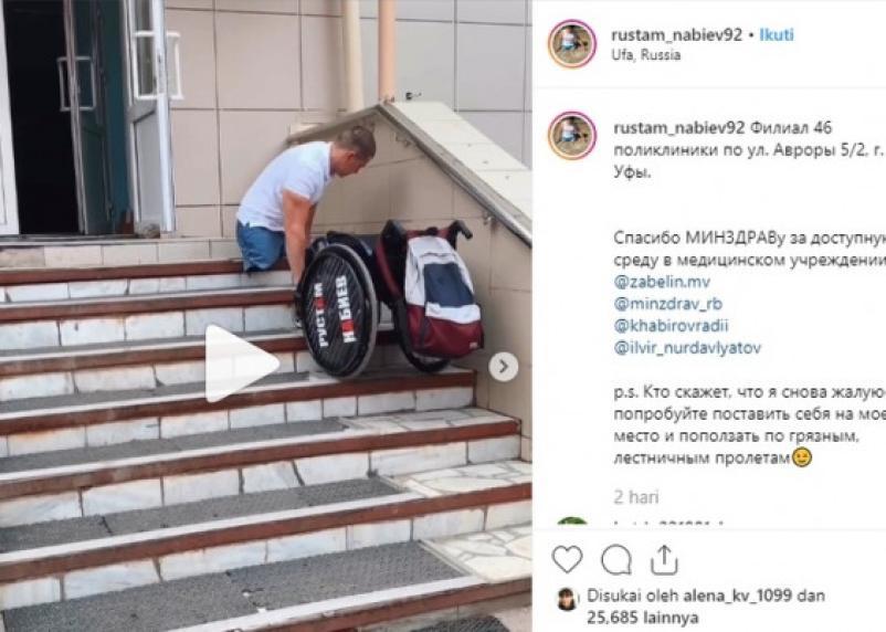 Карабкающийся по ступенькам в поликлинику инвалид-колясочник «прославил» свой город на всю страну