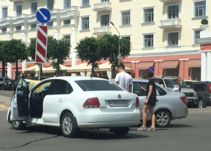 В центре Смоленска не поделили перекрёсток Лада и Фольксваген