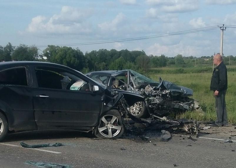 В Смоленской области в лобовом столкновении двух Фордов погибла женщина и три человека госпитализированы