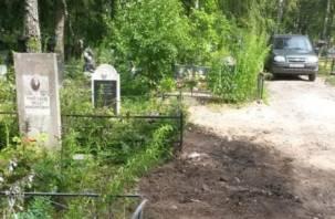 В Смоленске сделали уборку на кладбище и добавили контейнеры