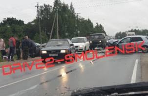 В Смоленске на Краснинском шоссе произошло серьёзное ДТП. На месте скорая