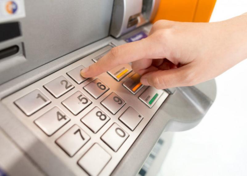У смолянина в торговом центре в банкомате исчезли деньги
