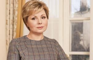 Дочь Гагарина передала новому аэропорту Саратова табличку с автографом отца