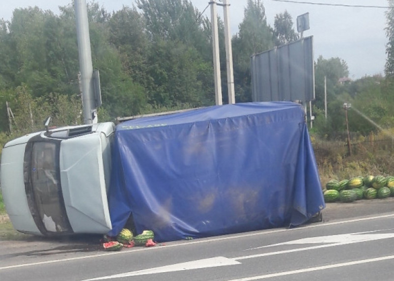 Все арбузы потерял. Газель перевернулась на Рославльском шоссе в Смоленске