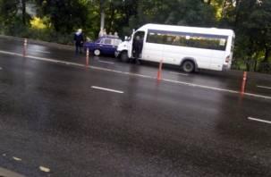 В центре Смоленска неудачно встретились легковушка и маршрутка