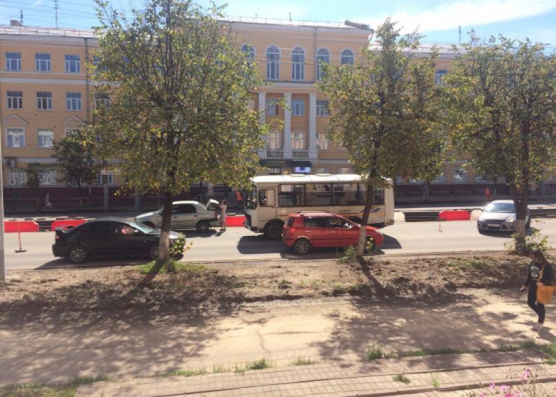 «Колом». Смоленские водители стоят в огромной пробке на проспекте Гагарина