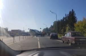 Бетономешалка столкнулась с учебной машиной на Рославльском шоссе