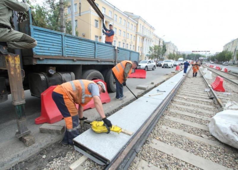 Скоро юбилей. В Смоленске почти три месяца ведутся работы по замене трамвайных путей