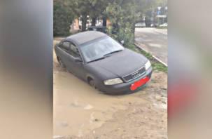 В Смоленске автомобиль «утонул» в луже